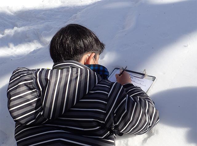 足跡を観察して記録(写真提供:やまぼうし自然学校)